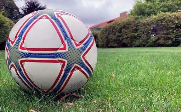 fotboll på gräsmatta