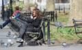 En man sitter på en parkbänk