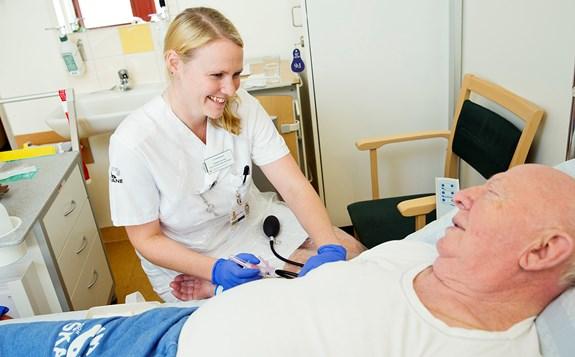 Sjuksköterska undersöker äldr...
